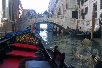 Gondelen bij de Brug der zuchten en de Ponte della Paglia