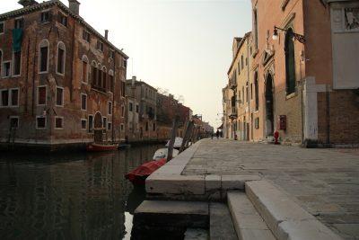 fondamente, kanaal langs het plein met de Orto-kerk
