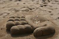 grote hand van zand