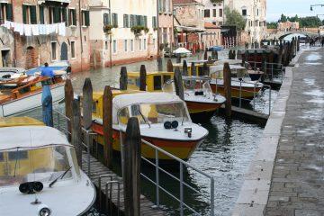 ambulanceboten naast Scuola San Marco en het ziekenhuis