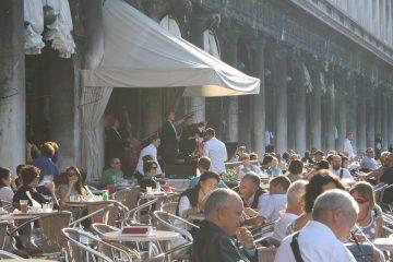 Oorstrelende muziek voor het peperdure terras op piazza San Marco