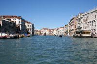 Blik op op Canal Grande vanaf de traghetto bij San Sofia