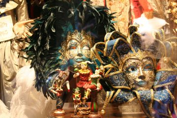 maskers in etalage, Venetië