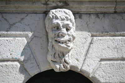 Ornament bij de Chiesa di Santa Maria Formosa (lelijke koppen moesten onheil afweren)