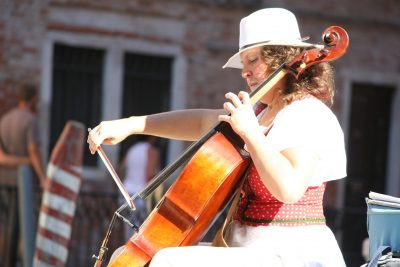 Elena Krasantowitch, cellist in Venetië brengt haar magische klanken ten gehore