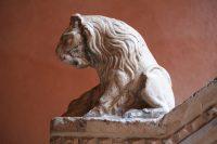 Leeuw op uiteinde trap Casa di Goldoni