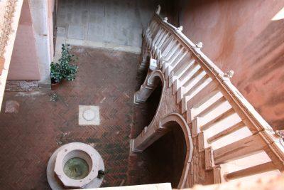 binnenplaats Casa Goldoni met vera di pozzo en visgraatpatroon